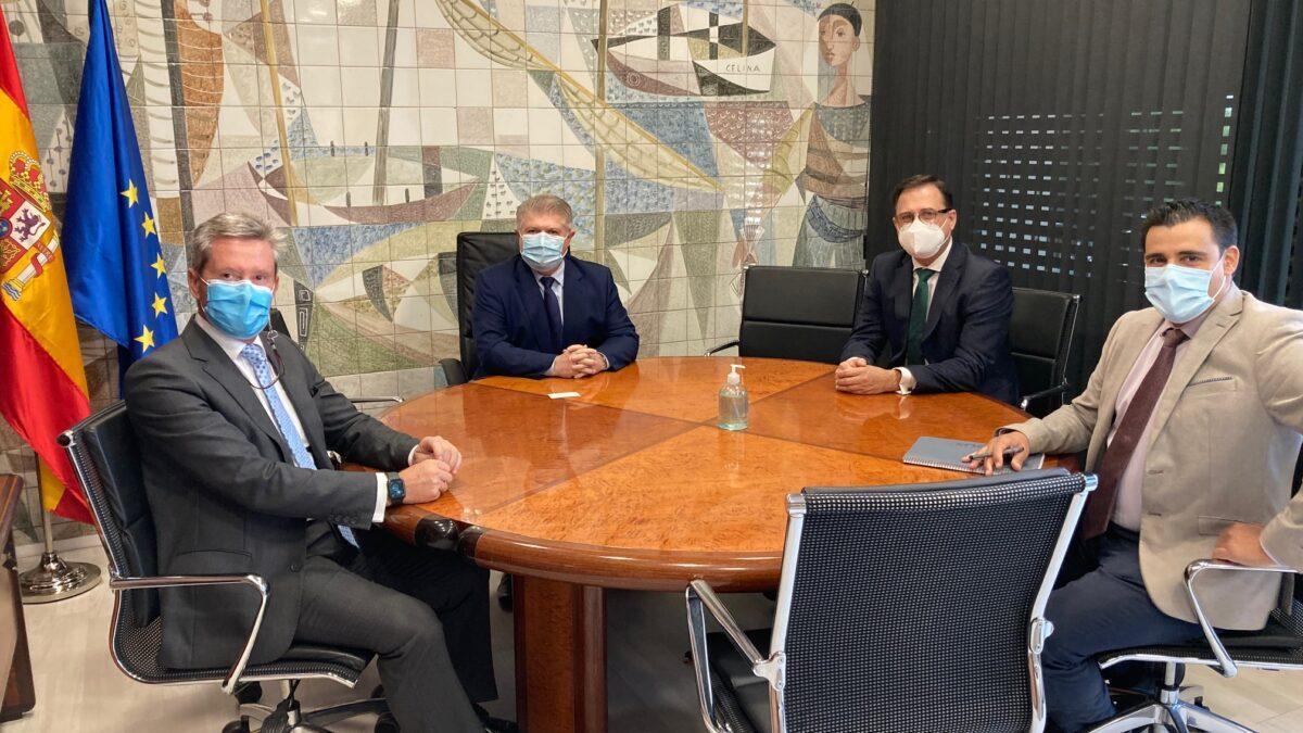 Hernández, acompañado por representantes de FRECOM, mantiene una reunión de trabajo con el delegado del Gobierno en la Región de Murcia